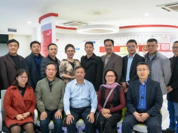 广西大学校友办副主任黄庶冰率领广西大学校友等一行12人莅临科康集团